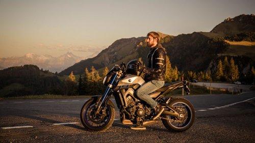 Kühl auf dem Motorrad im Sommer