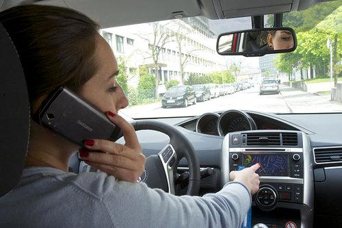 Smartphone und Navi im Auto entschärfen? Ablenkung Handy Navi Auto
